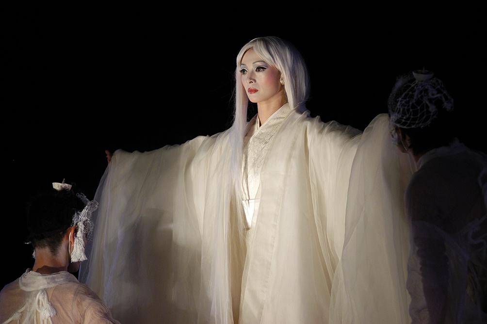 『アンティゴネ』2004年 東京国立博物館本館前での公演より ©︎内田琢麻